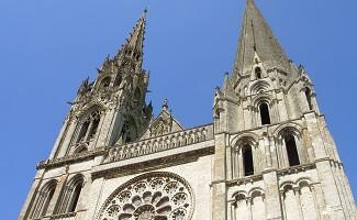 Una bandera francesa en la catedral de Chartres