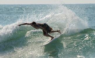 Surf Camp und Bier unter Pinien