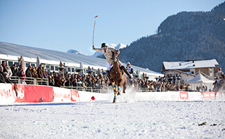 Assistindo à Copa do Mundo de Polo na neve