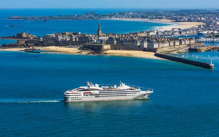 Cet été, Relais & Châteaux et Ponant s'associent pour vous faire vivre des expériences estivales inédites, sur terre comme en mer