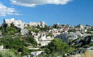 Les Baux-de-Provence, ein charmanter Felsvorsprung mit Blick auf die Alpillen