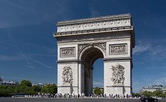 Por los Campos Elíseos, tras los pasos del general De Gaulle, París