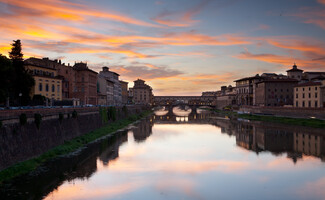 A romantic stroll for two along the Arno…