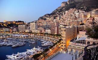 Lungo il porto di Monaco …