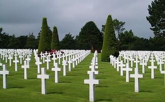 Delante de las cruces blancas de Omaha Beach, Colleville-sur-Mer
