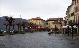 The Piazza Mario Motta in the early morning… (Orta San Giulio)