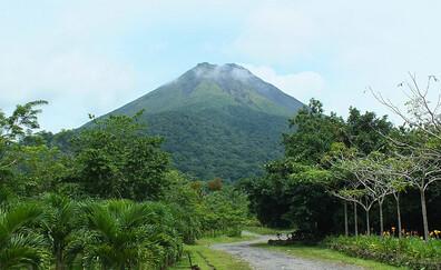 Paseo por los campos de lava del Arenal