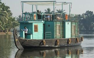 Reise flussabwärts in den Backwaters