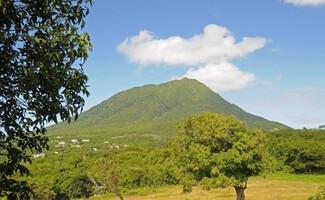 Nevis Peak, der Vulkan, der über Névis wacht