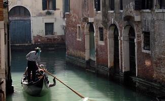 Mit einer Gondel auf dem Canal Grande, Venedig