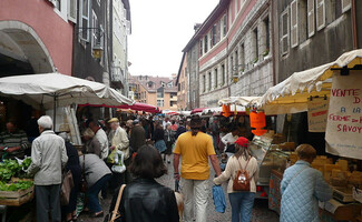Discover the traditional Old Town market