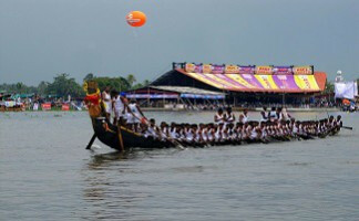 Be a supporter at the Nehru Trophy Boat Race, Alleppey