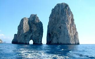 Im Außenborder rund um Capri